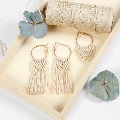Tee näitä makrame-korvakoruja bambulangasta ja korurenkaista. Aloita punomalla keskeltä ja puno reunoihin päin molemmilta sivuilta. Diy Earrings, Hoop Earrings, 5 Braid, Loop Knot, Jewelry Hanger, Knots, Beads, Inspiration, Diys