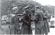Brasil na Segunda Guerra Mundial  - O General Otto Freter, comandante da 148ª divisão alemã, apresentando a rendição de sua tropa ao General brasileiro Zenóbio da Costa (Arquivo do Exército Brasileiro).   http://www.historiailustrada.com.br/2014/04/fotos-raras-brasil-na-segunda-guerra.html#.VW9y4c9Viko