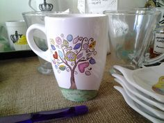 taza pintada a mano. Personalizada Sharpie Crafts, Sharpie Art, China Painting, Ceramic Painting, Ceramic Cups, Ceramic Pottery, Stars Disney, Painted Coffee Mugs, Pottery Painting Designs
