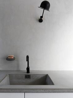 Blandebatteriet fra Vola, og veggene er malt med kalkmaling i fargen Smooth White fra Jotun Lady. Lampen kommer fra Jielde. Wall Colors, Colours, Beton Diy, Makeup Studio, Kitchen Lighting, New Kitchen, Sink, Inspiration, Home Decor
