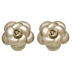 Pre-owned Chanel CC Logo Silver Tone Metal Camellia Flower Earrings ($349) ❤ liked on Polyvore featuring jewelry, earrings, pre owned jewelry, chanel, logo earrings, preowned jewelry and chanel earrings