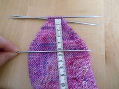 La première partie de ce tutoriel est ici ! Vous y retrouverez le lien pour télécharger le modèle, des conseils pour le choix de laine, des aiguilles et de la taille. La deuxième partie de ce tutoriel est ici ! Vous y retrouverez les conseils pour le... Knitted Hats, Socks, Couture, Knitting, Blog, Pin Terest, Fashion, How To Knit Socks, Tuto Tricot