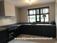 keuken zwart mat Interior Design Living Room, Living Room Decor, Bedroom Decor, Sustainable Design, Home Kitchens, Design Trends, Kitchen Decor, Kitchen Cabinets, House