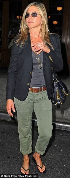Jennifer Aniston Photograph The blazer, brilliant upgrade for a casual army look and another reason to invest in a figure flattering black blazer Mode Outfits, Fall Outfits, Casual Outfits, Fashion Outfits, Womens Fashion, Fashion Trends, Black Blazer Outfit Casual, Navy Pants Outfit, Fashion Shirts