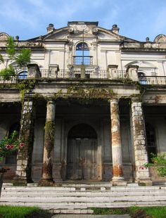 Abandoned mansion in Santa Ana, El Salvador. I would LOVE to fixi t upand  live there! <3