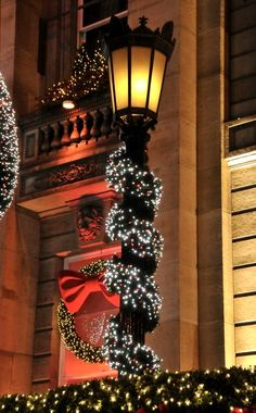 Christmas mood.. Edinburgh, Scotland (by Charlotte Frey)