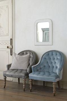 ライトグレーのベルベットが美しいシングルソファが入荷しました。座面には肌触りの良いベルベットが配されており、よりエレガントな印象に。座面も少し低めなのでゆったりとお座りいただけます。 寝室や玄関などに置いていただくのも素敵ですね。