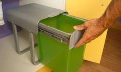 Colocar un cubo de basura en armario de cocina