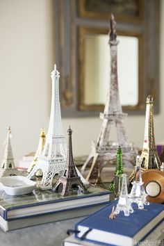 Várias pequenas Torres Eiffel na sua sala, porque não? Ficou um charme só. #paris #vintage #eiffeltower