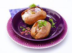 Uuniperunat porotäytteellä | K-Ruoka Vegetable Recipes, Hot Dog Buns, Baked Potato, Tapas, Side Dishes, Healthy Recipes, Healthy Food, Potatoes, Bread