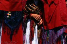 Détail de costume ossalois. Traditional Dresses, Photos, France, Costumes, Popular, Celebrities, Hair Styles, Beauty, Hair Plait Styles