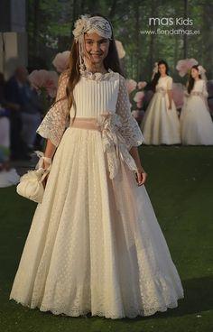 Vestido de Comunión tul con bodoques y detalles en rosa