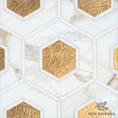 Ruche, a water jet mosaic shown in polished Calacatta and Thassos and honed 24K Gold Glass, is part of the Aurora Collection by Sara Baldwin for New Ravenna.  Gold in the kitchen #newravenna #mosaics