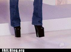 Cuando estrenas zapatos, tus apariciones en público no duran más de 10 segundos. | Señales que te indican que los zapatos altos no son para tí