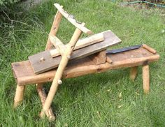 Make a Shave horse. The shave horse is basically a bench with a foot operated clamp, which grips wood allowing it to be worked, typically preparing wood for turning using a draw-knife, or clamping wood being shaped / carved. Green Woodworking, Woodworking Bench, Woodworking Projects, Woodworking Videos, Wood Jig, Wood Lathe, Wood Carving Tools, Wood Tools, Log Furniture