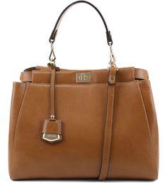 Sua bolsa pode ganhar uma cara nova com este modelo satchel de couro. Clássica e com um toque de sofisticação, o acessório em tamanho grande tem as alças removíveis. Adquira também suas alças preferi