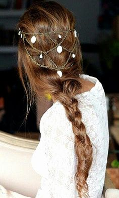 Delicate chains in the hair and a simple braid to get the Medieval Look!