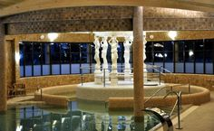Posągi w basenie Ery Wodnika