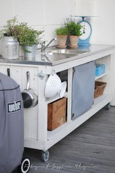 Utekök, outdoor kitchen @Riley Salyards Grubbs this is what I was talking about - putting on casters!