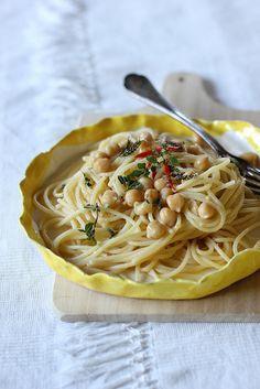 Spaghetti con ceci, aglio, olio e peperoncino