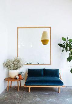 le grand retour du canapé en velours bleu canard dans la déco apportera du cachet a un interieur scandinave en bois clair et blanc un peu trop sage