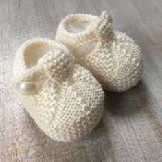 40 / Baby Booties Knitting pattern by Florence Merlin Sizes : Newborn / 3 months / 6 months / 9 months Instructions are given separately in 4 sizes with pictures. Baby Knitting Patterns, Pattern Baby, Baby Booties Knitting Pattern, Love Knitting, Christmas Knitting Patterns, Arm Knitting, Baby Patterns, Knitting Needles, Booties Crochet