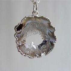 Collar+de+plata+con+bordes+Geode+por+solisjewelry+en+Etsy,+$75,00