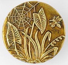 Bee & spiderweb antique brass button. bouton de bronze ancien avec une toile d'araignée, une abeille, des feuilles d'arums et une jacinthe sauvage