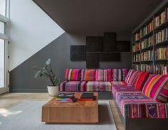 Inspiré par les couleurs et motifs des amérindiens, le canapé devient pièce central du salon