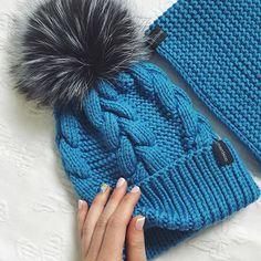WEBSTA @ dasharichardson.knits - NEWцвет пляжа Бонди⛱ на фото: комплект с меховым помпоном 5000₽, состав 100% мерино, помпон из натурального мехавнутри завязочки чтобы заказать, пишите пожалуйста, в whatsapp