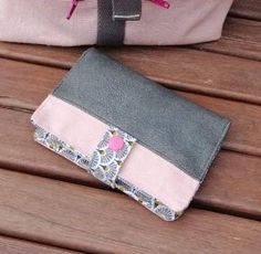 Portefeuille Compère en suédine grise et toile rose cousu par Valérie - Patron Sacôtin