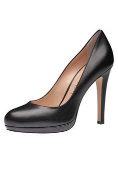 Sexy und hochhackig - so soll er sein, der Pumps, der zum Pencil Skirt ebenso gut aussieht wie zur Boyfriend Jeans. Das neuste Modell aus dem Haus Evita zeigt sich aus feinem Leder und mit aufsehenerregendem Absatz. Evita - Leidenschaft für italienische Schuhe und Accessoires