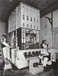 Cette maison de poupée fut construite pour la reine Mary, épouse du roi George V entre 1921 et 1924.