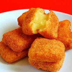 •9 huevos  •2 cucharadas de mantequilla  •100gr de harina + harina para rebozar  •200 g de azúcar  •1 litro de leche  •Aceite de oliva  •1 barrita de canela  •Canela en polvo