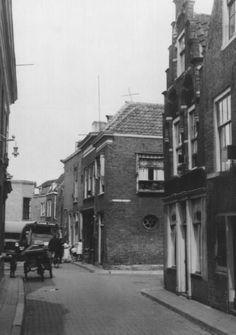 Dordrecht : Een opname van de Blindeliedengasthuissteeg in 1935