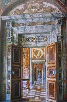 Blick in die barocken Steinzimmer im Westen der Residenz