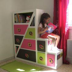 Bonjour, voici le meuble en carton pour la chambre de ma fille terminé, mis en place et déjà rempli. Ma Pauline est ravie alors moi aussi. Les couleurs sont pétantes ça donne beaucoup de gaieté à la pièce et en même temps je les trouve reposantes. Un...
