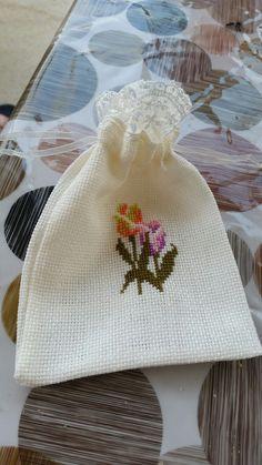 Kese Cat Cross Stitches, Embroidery Stitches, Cross Stitch Patterns, Cross Stitch Rose, Cross Stitch Flowers, Wedding Cake Boxes, Beading Patterns, Needlepoint, Needlework