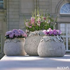 DIY Concrete Planters, Ideas for Outdoor Home Decorating with Flowers Outdoor home decorating with flowers make the world Green and bright Diy Concrete Planters, Concrete Garden, Diy Planters, Planter Pots, Outdoor Planters, Concrete Crafts, Concrete Projects, Concrete Design, Cement Flower Pots