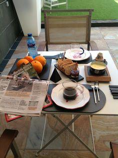 """""""Un desayuno en la terraza"""" Sin necesidad de utilizar mantel, decora tu mesa con nuestros #platos de #pizarra, y obtendrás unos resultados asombrosos. Venta exclusiva en nuestra web: www.platosypizarras.com"""