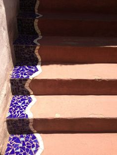 Creating interesting steps with mosaic - kunne vært fint ute i trappa? Mosaic Diy, Mosaic Crafts, Mosaic Projects, Mosaic Glass, Mosaic Tiles, Stained Glass, Glass Art, Tiling, Mosaic Stairs