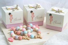 Dezenas de Belle and Boa com caixa personalizada com os nomes de cada convidado. Gift Wrapping, Gifts, Custom Crates, Names, Packaging, Paper Wrapping, Presents, Wrapping Gifts, Gifs