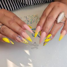 Nude to neon yellow gradient nails design Rhinestone Nails, Bling Nails, Swag Nails, Best Acrylic Nails, Acrylic Nail Designs, Sculpted Nails, Yellow Nails, Neon Yellow, Luxury Nails