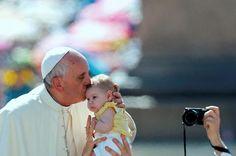 """AICA: """"¡Qué bello cuando las madres enseñan a sus hijos a tirarle un beso a la Virgen y a Jesús!"""""""