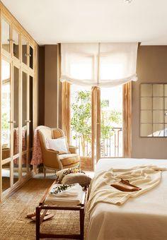 Dormitorio con armario a pie de cama con frentes de espejo