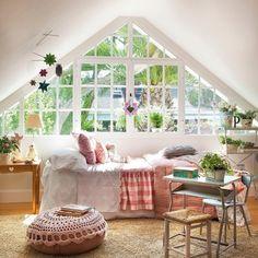 dormitorio_infantil_con_ventanal_triangular_y_puf_de_ganchillo_1134x1280-907x1024