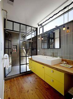 Salle de bains colorées avec une verrière