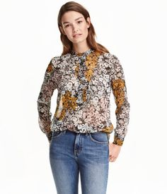 Black floral. CONSCIOUS. Blouse in airy crinkled chiffon with a ruffled collar…