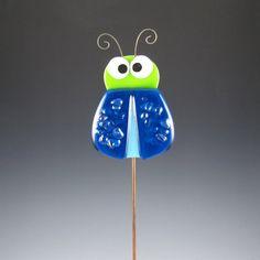 Die Crazy Bug Plant Beteiligung besteht aus gegossenem Glas. Ich habe eine starke Epoxy 12 Metallstab angefügt werden. Die Farbe Akzente werden dauerhaft auf das Glas ausgelöst. Er hat auch einige niedliche lockige Antenne und einige klare irisierende Chips aus Glas für die Textur auf seinen Flügeln.    Glasmaß - 3 breit x 4,25 hohe einschließlich Antenne  (7,6 cm x 10,8 cm)    Wenn Sie mehrere kaufen Pflanze Stöcke bitte kontaktieren Sie mich mit Ihrer Postleitzahl. Sie können…