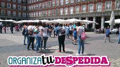 Jugando a los divertidos juegos de Organizatudespedida en las calles de Madrid, especial para despedidas de solteras